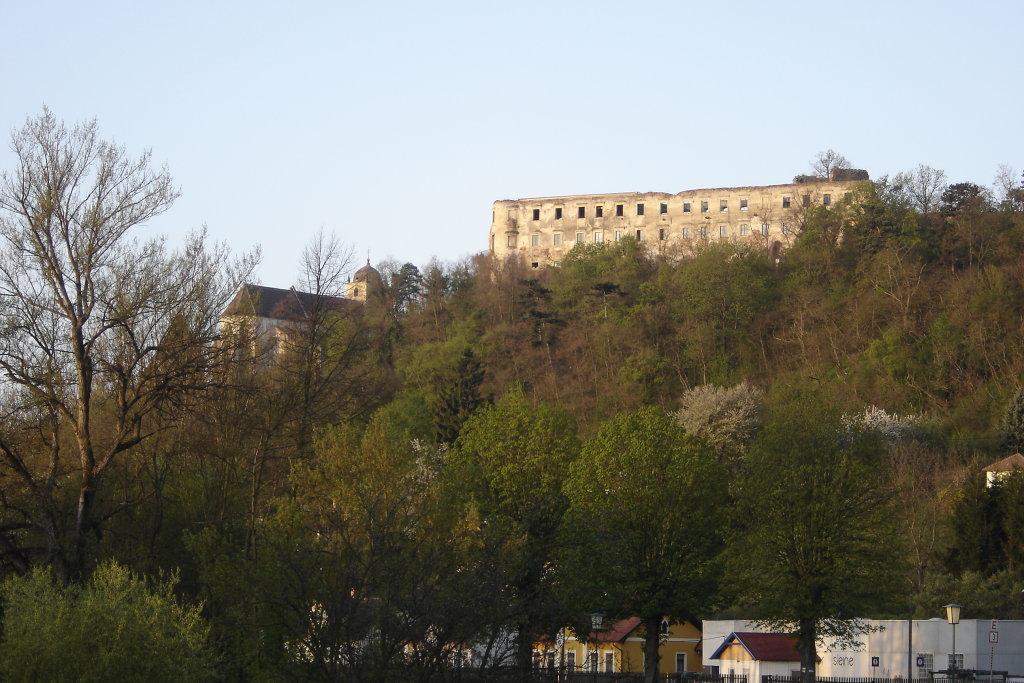 Blick zur Gertrudskirche und zur Ruine Gars - Gars am Kamp, Niederösterreich (3571-NOE)