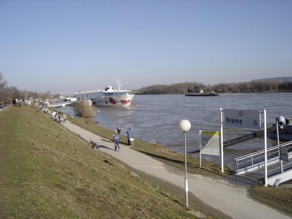 Auf der Donaupromenade bei Krems. - Krems an der Donau, Niederösterreich (3500-NOE)