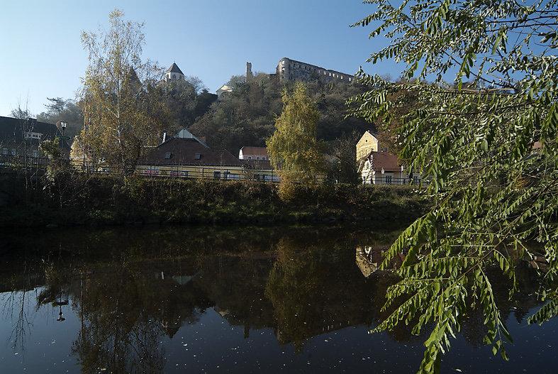 Ruine Gars, Spiegelung im Kamp, 2010 - Gars am Kamp, Niederösterreich (3571-NOE)