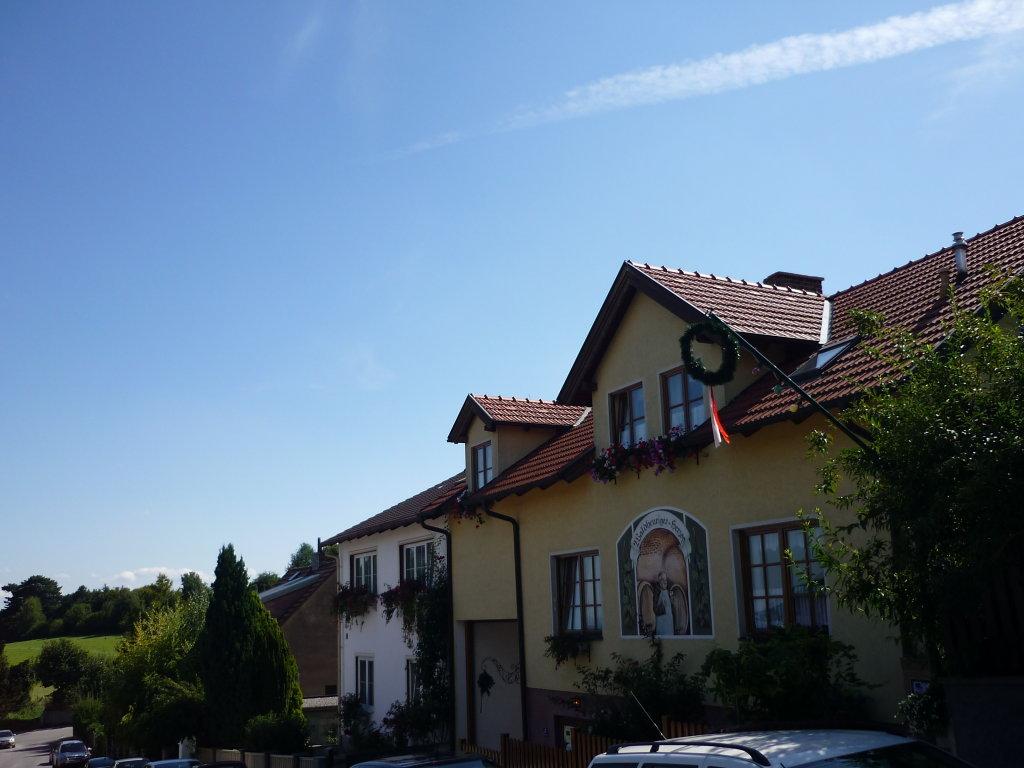 Besuch beim Heurigen unbedingt einplanen - Großau, Niederösterreich (2540-NOE)