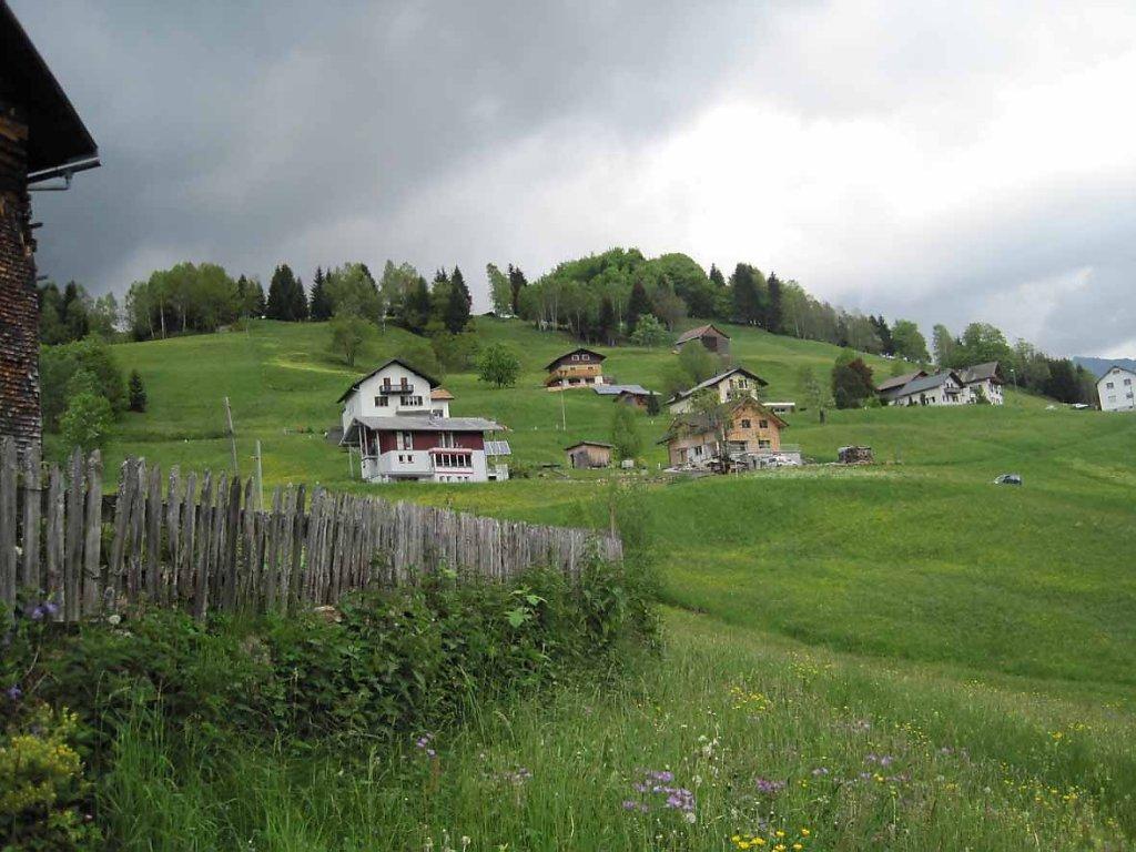 Vanezer - ein idyllischer Weiler in Innerlaterns, ein Platz zum Erholen. Im Süden erhebt sich steil der Walserkamm. - Vanezer, Vorarlberg (6830-VBG)
