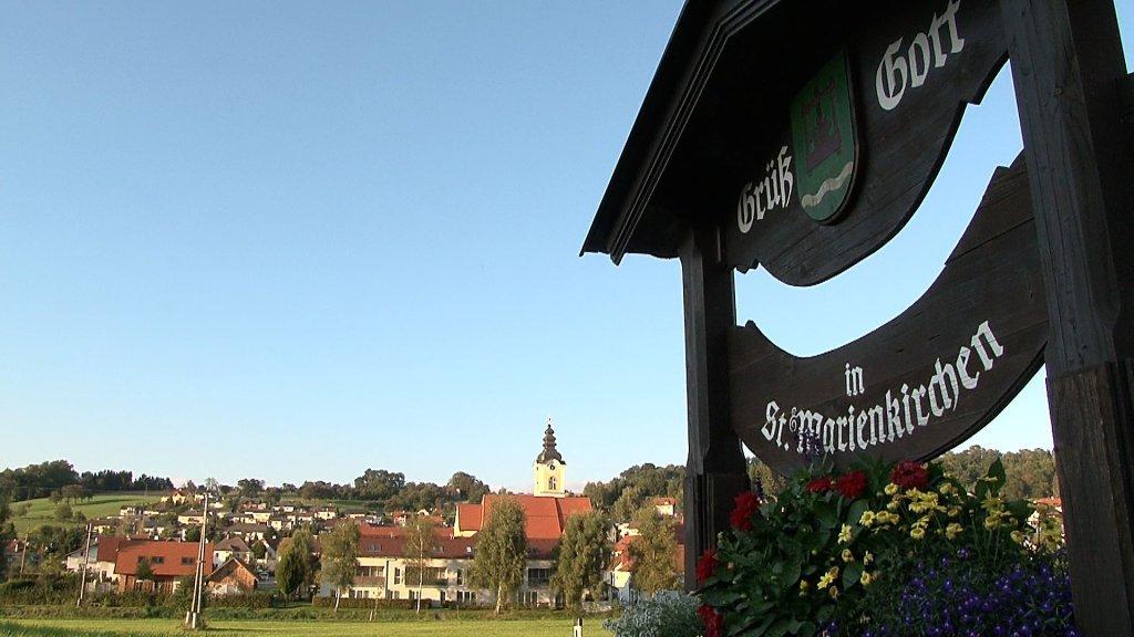 Ein Bildausschnitt vom NATURPARK OBST-HÜGEL-LAND Filmprojekt St.Marienkirchen. Ortsbild von St. Marienkirchen - St. Marienkirchen an der Polsenz, Oberösterreich (4076-OOE)