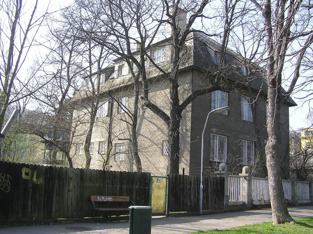 Villa Bauer vom Osten gesehen - Franz-Schimon-Park, Wien (1130-W)