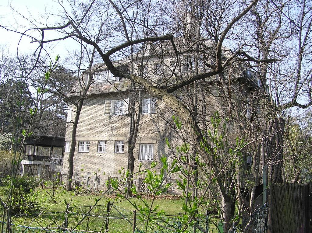 Villa Bauer von Osten gesehen - Franz-Schimon-Park, Wien (1130-W)