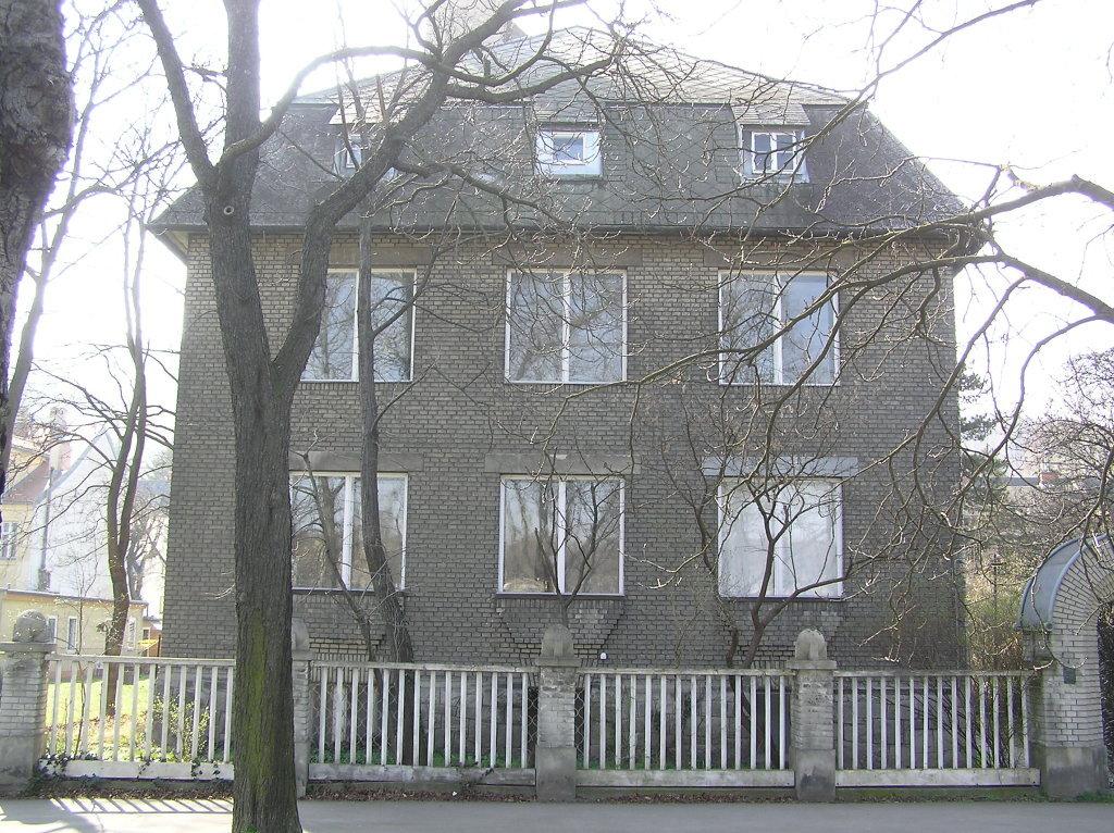 Villa Bauer NO Fassade mit extra großen Fenstern des ehemaligen Ateliers des Architekten - Franz-Schimon-Park, Wien (1130-W)