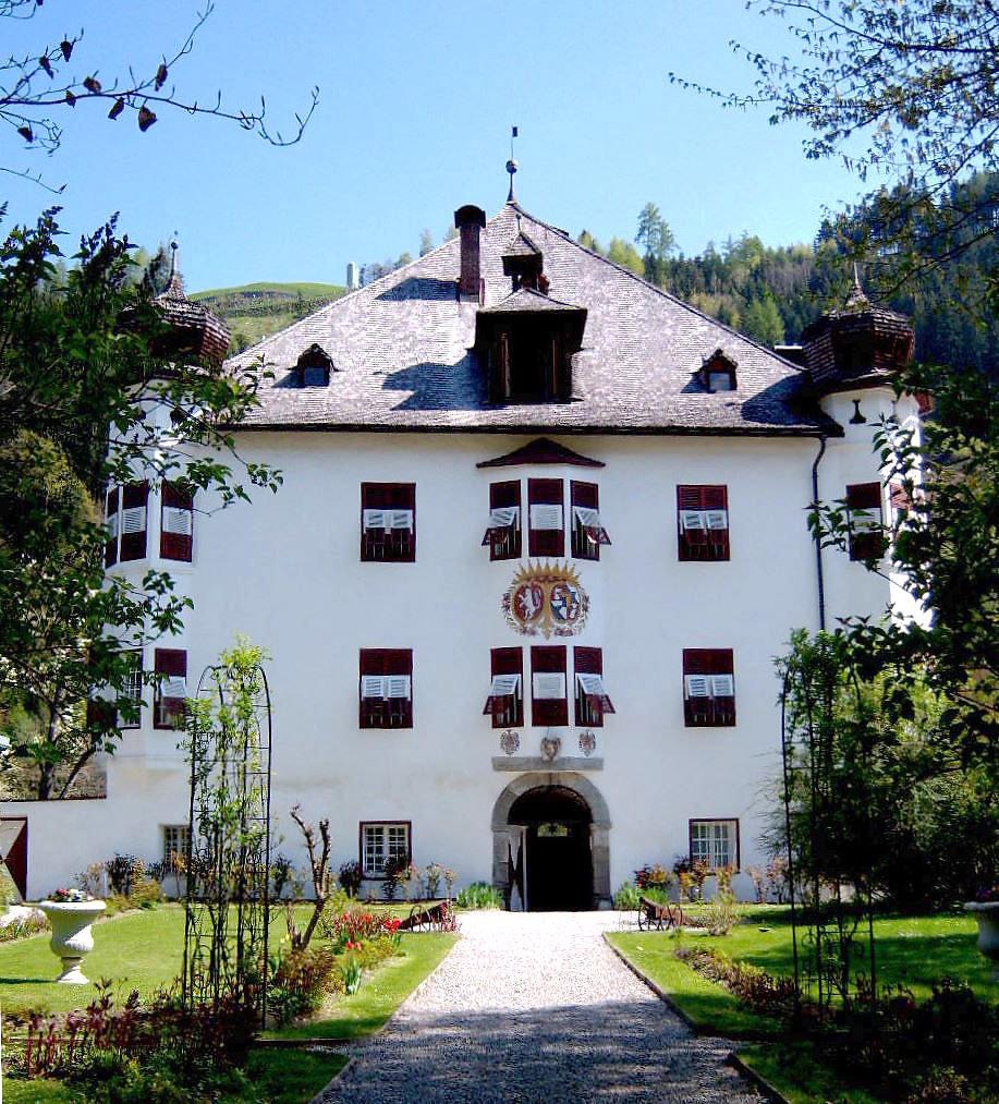 Foto: Schloss Stumm - Es ist etwas Wahres dran, wenn Kenner behaupten, Stumm hat den schönsten Dorfplatz Tirols. - Stumm, Tirol (6272-TIR)