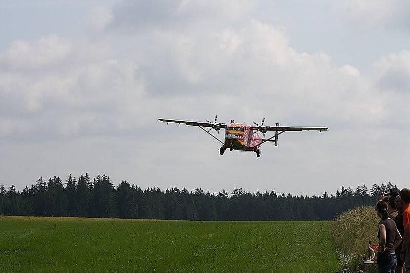 Fallschirmspringen mit der Pink Skyvan aus 4000m. Das Fallschirmspringertreffen von 02.-10.07.2011. - Kirchberg am Walde, Niederösterreich (3932-NOE)