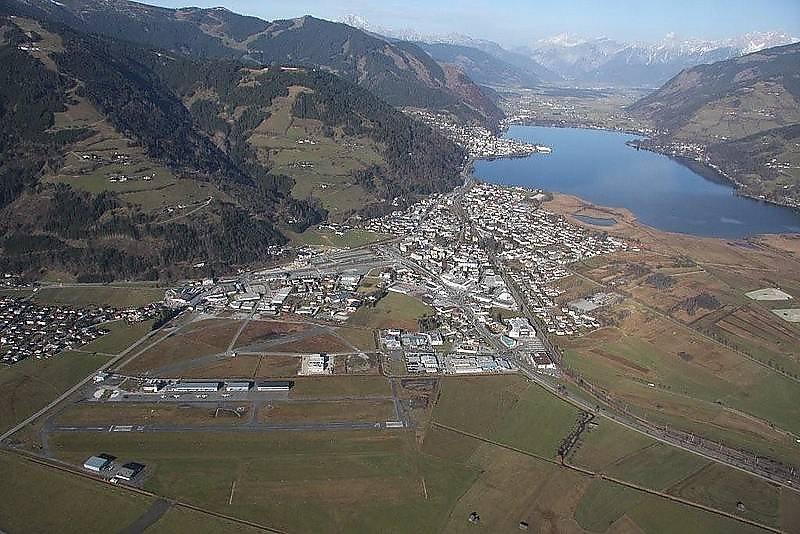 Fallschirmspringen mit der Pink Skyvan aus 4000m am Flugplatz in Zell am See im März und November. - Zell am See, Salzburg (SBG)