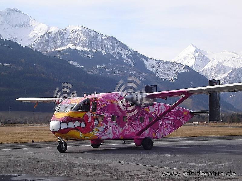 Fallschirmspringen mit der Pink Skyvan aus 4000m am Flugplatz in Zell am See. - Zell am See, Salzburg (SBG)