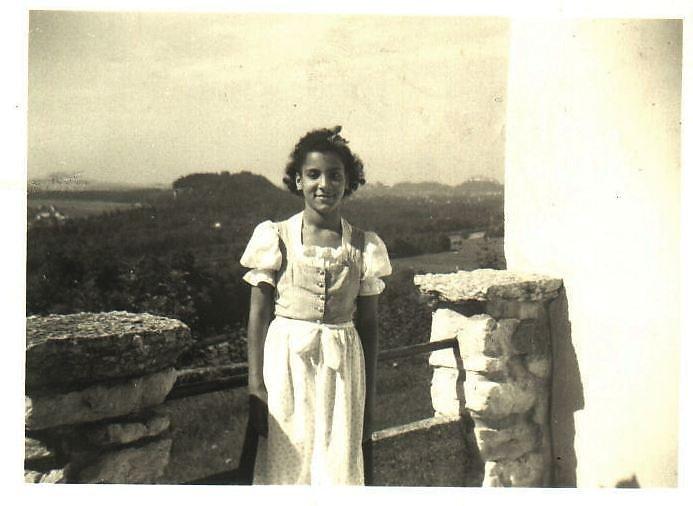hier bin ich auf der Terrasse meiner Pflegeltern 1957.. - Ort ohne Namen (---)