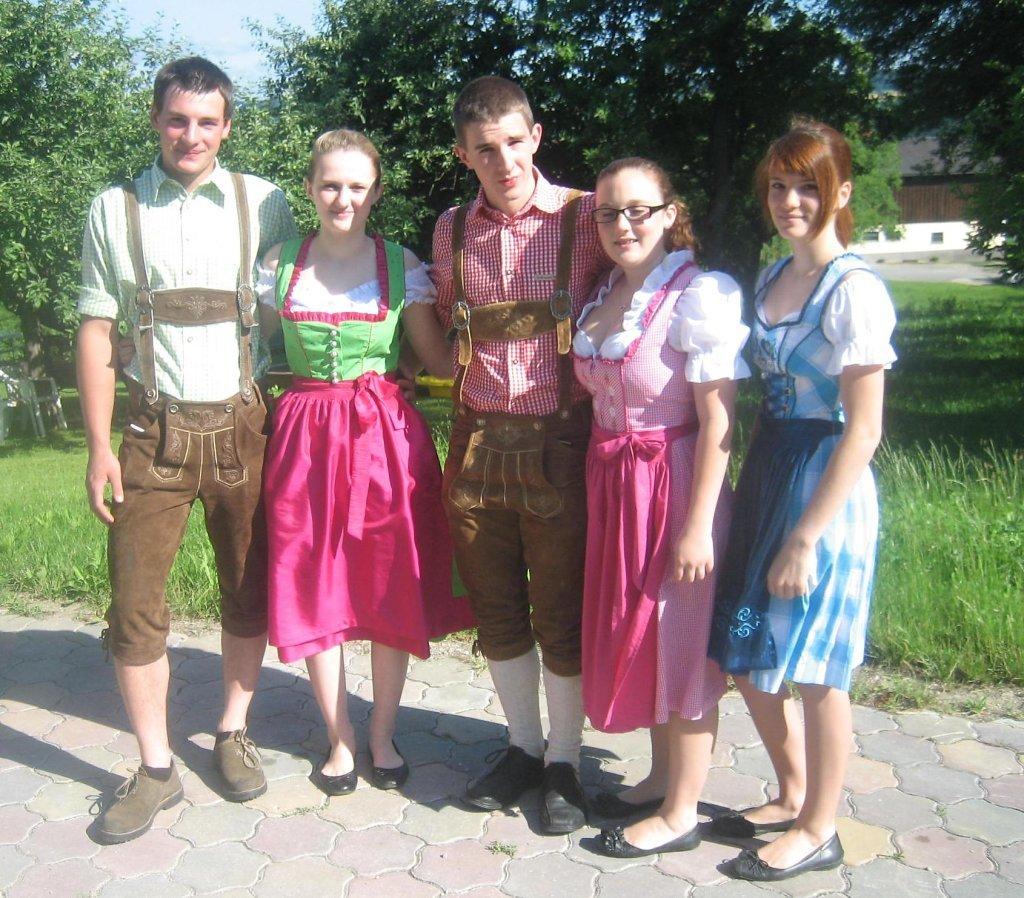 Unsere Dorfjugend vor dem Dorffest am 13. Juni 2011 - Aichau, Niederösterreich (3652-NOE)