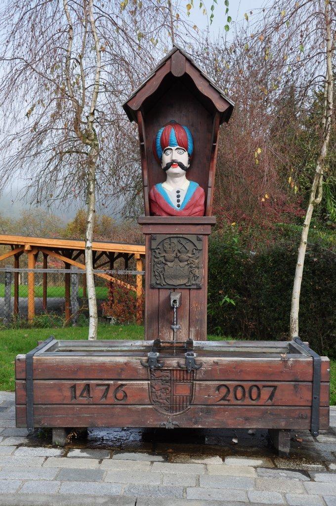Tattermannbrunnen, 1947 errichtet, Büste des 18. Jh. und Wappenrelief. Am Brunnentrog Bezeichnung 1746 und das Kärntner Wappen. - Zweinitz, Kärnten (9343-KTN)