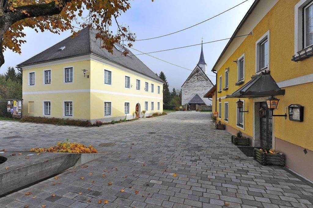 Ortskern mit Pfarrhaus, Gasthof, Friedhof mit Pfarrkirche. - Zweinitz, Kärnten (9343-KTN)