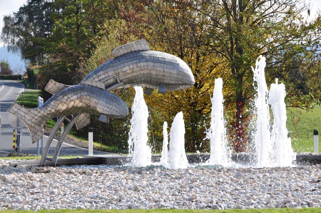 Fische-Brunnen im Kreisverkehr - Pörtschach am Wörther See, Kärnten (9210-KTN)