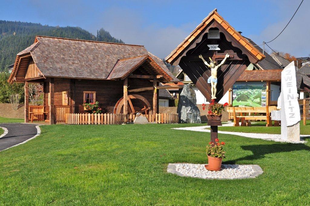 Platzgestaltung 2012 an der Dorfeinfahrt von Zweinitz - Zweinitz, Kärnten (9343-KTN)