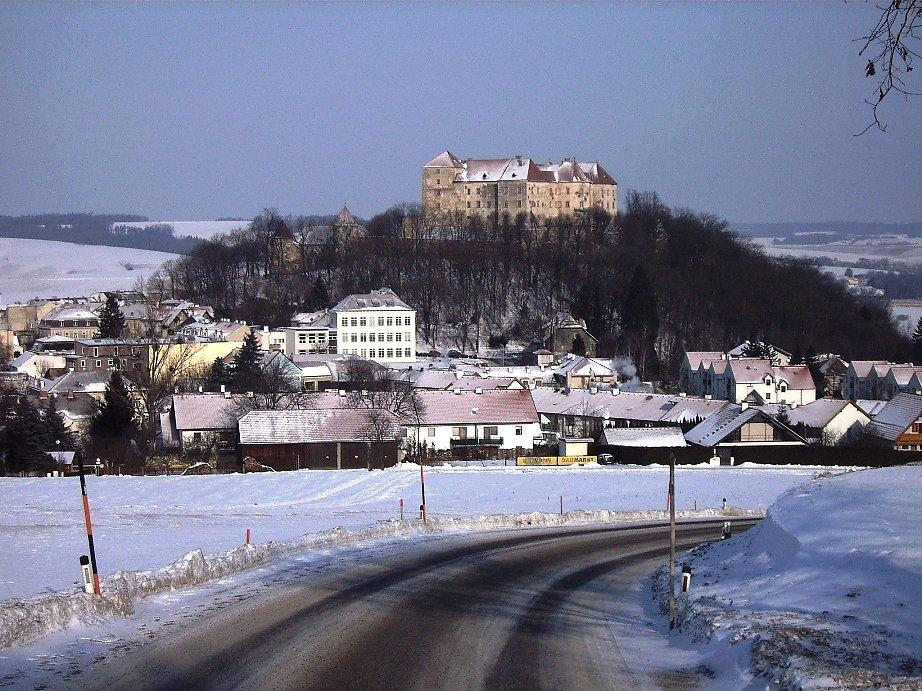 Foto der Stadt Neulengbach von Süden, aufgenommen am 23. 01. 2006 - Neulengbach, Niederösterreich (3040-NOE)