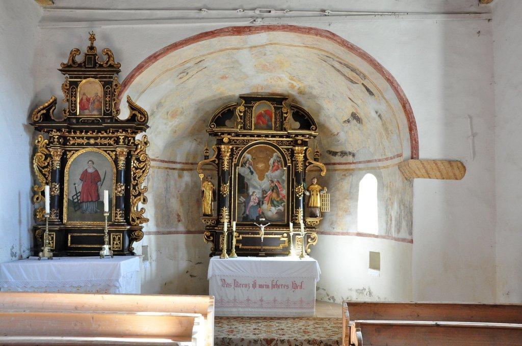 Seitenaltar, Apsis mit Hauptaltar in der Filialkirche heiliger Leonhard in Höllein - Höllein, Kärnten (9341-KTN)