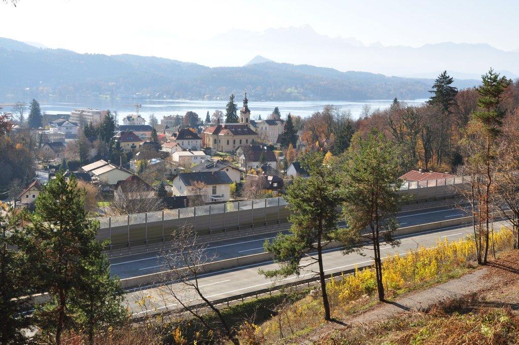 Rumpeleweg nördlich der Autobahn mit Blick auf den Ort - Rumpeleweg, Kärnten (9210-KTN)