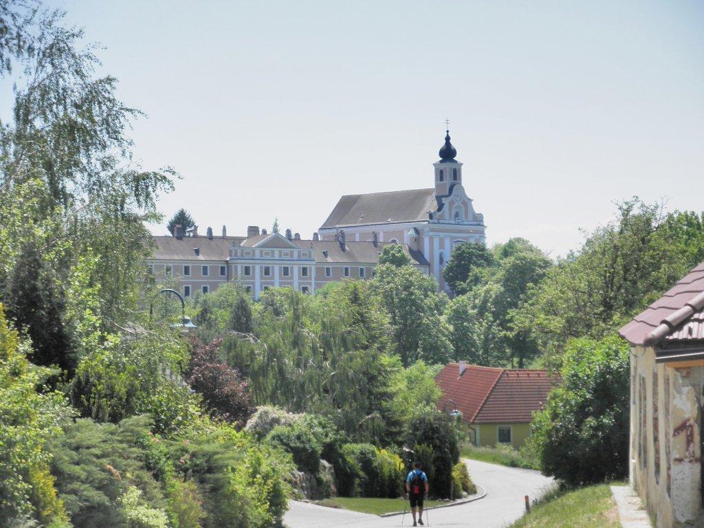 Kamel Mater Dolorosa und Wallfahrtskirche Maria Jeutendorf - Maria Jeutendorf, Niederösterreich (3140-NOE)