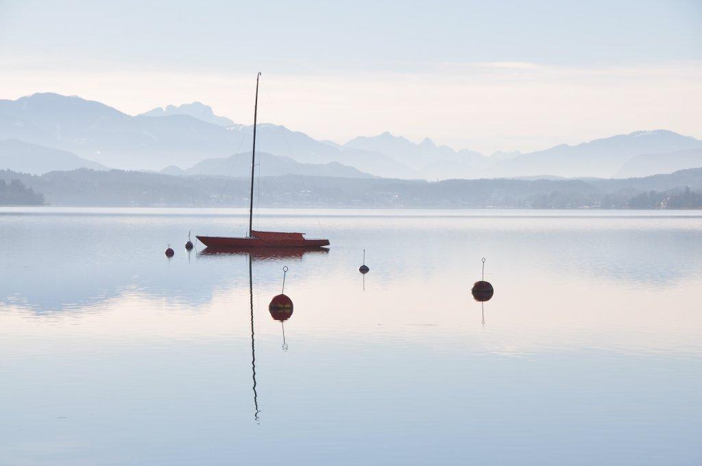 Segelboot im Winterschlaf - Pörtschach am Wörther See, Kärnten (9210-KTN)