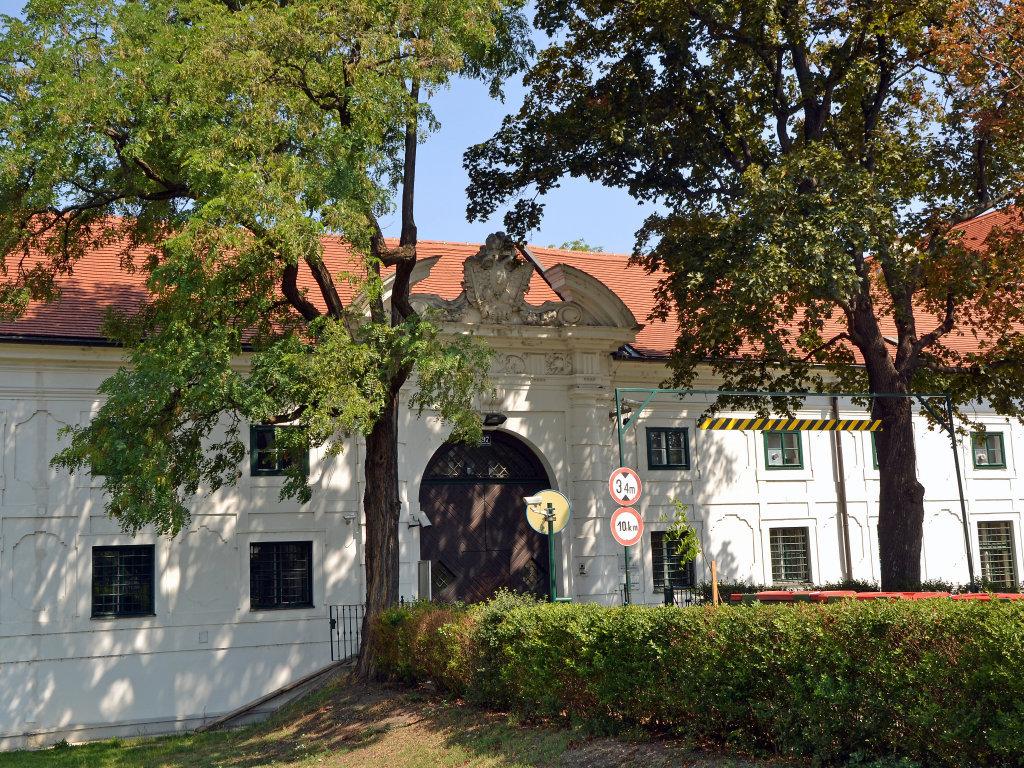 Schloss Kaiserebersdorf Eingang - SP-Kaiserebersdorf, Wien (1110-W)