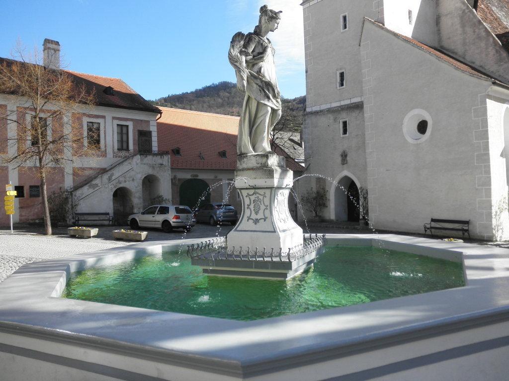 Der schöne Brunnen am Kirchenplatz in Spitz - Spitz, Niederösterreich (3620-NOE)