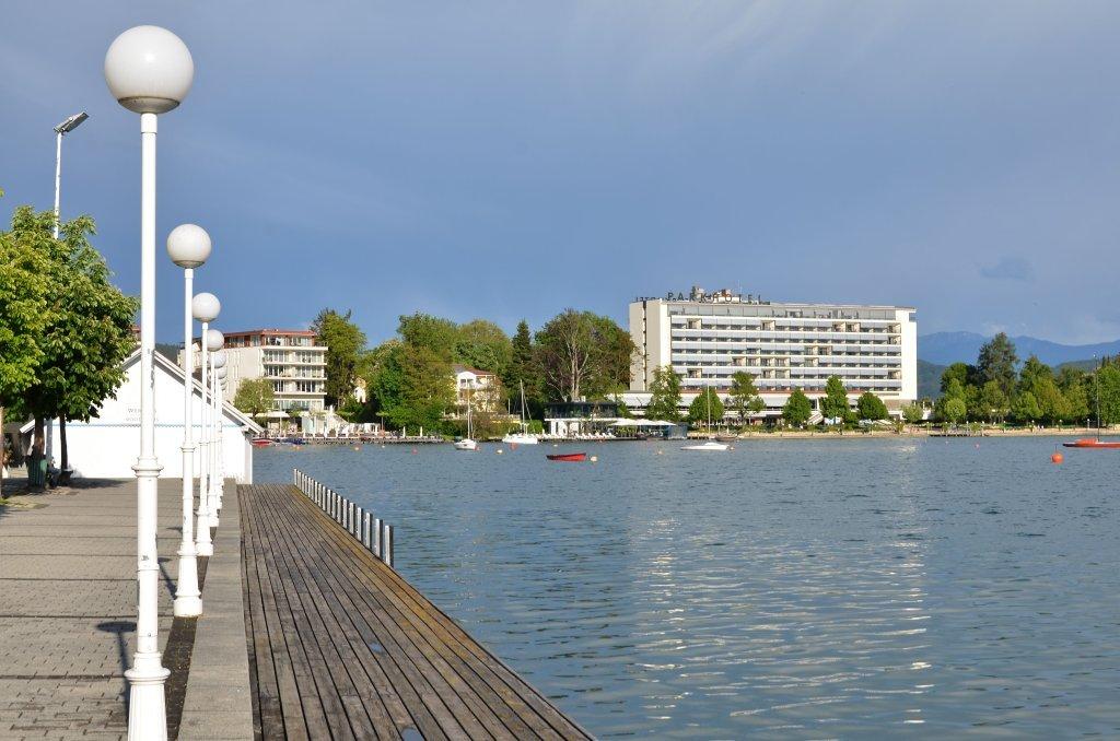 Parkhotel, vom Werzerstrand gesehen - Hans Pruscha Weg, Kärnten (9210-KTN)