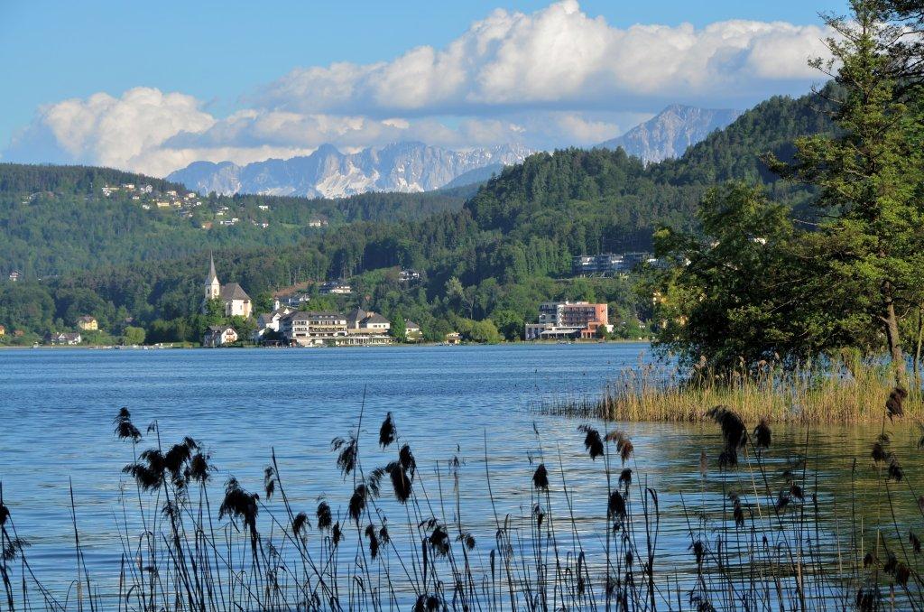 Blick auf Maria Wörth mit den Karawanken im Hintergrund - Pörtschach am Wörther See, Kärnten (9210-KTN)