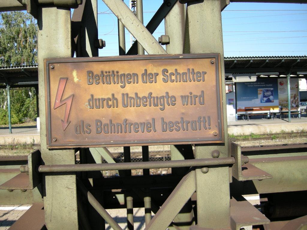 Bahnfrevel...;-) *hihi* In welchem Jahrhundert sind wir??? Aufgenommen in Wien Hütteldorf am 3.10.2011 !!! - Wien (W)
