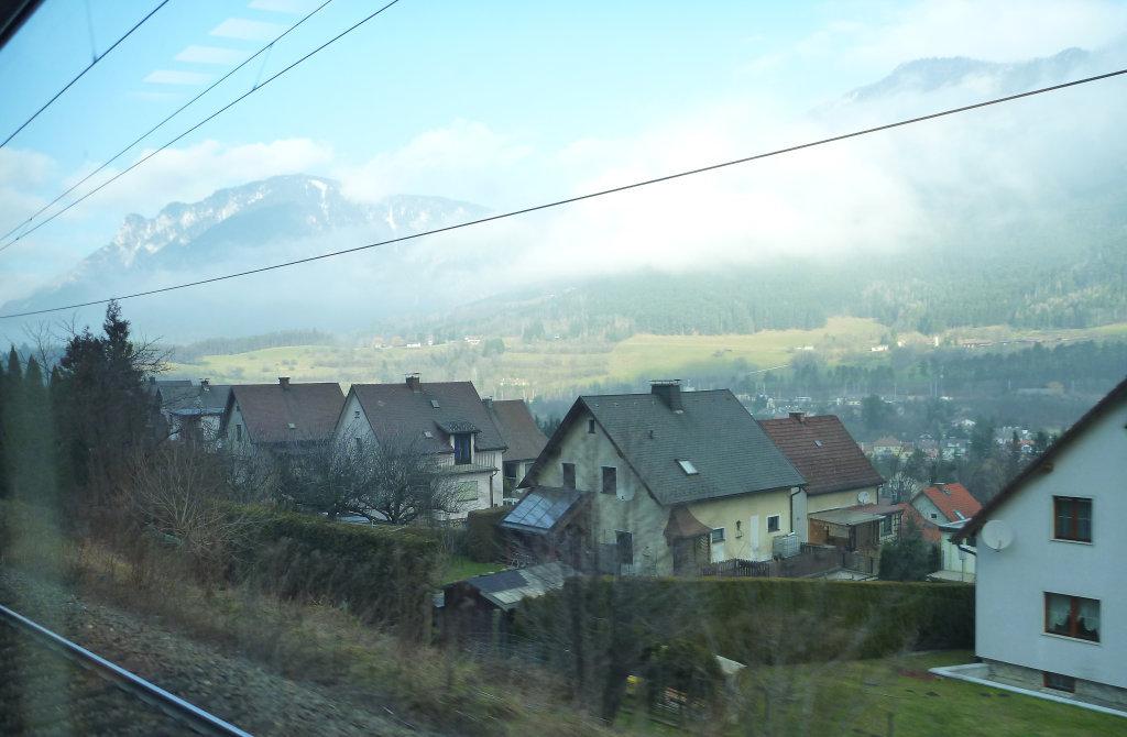 Weinwegsiedlung in Payerbach - Foto aus dem fahrenden Zug. - Payerbach, Niederösterreich (2650-NOE)