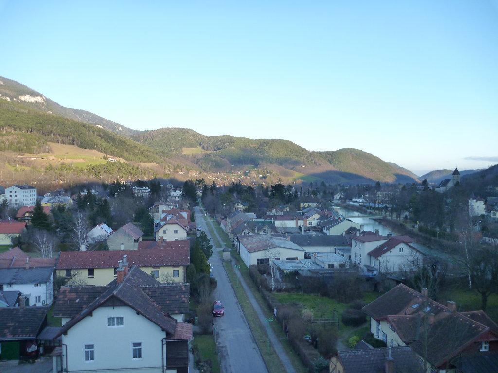 Payerbach vom ÖBB Viadukt gesehen (mit Wr. Hochquellenwasserleitung) - Payerbach, Niederösterreich (2650-NOE)