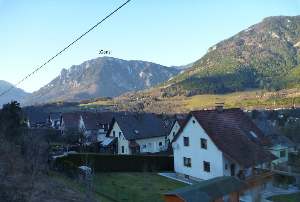 """Weinwegsiedlung in Payerbach mit dem """"Gans"""" im Hintergrund - Payerbach, Niederösterreich (2650-NOE)"""