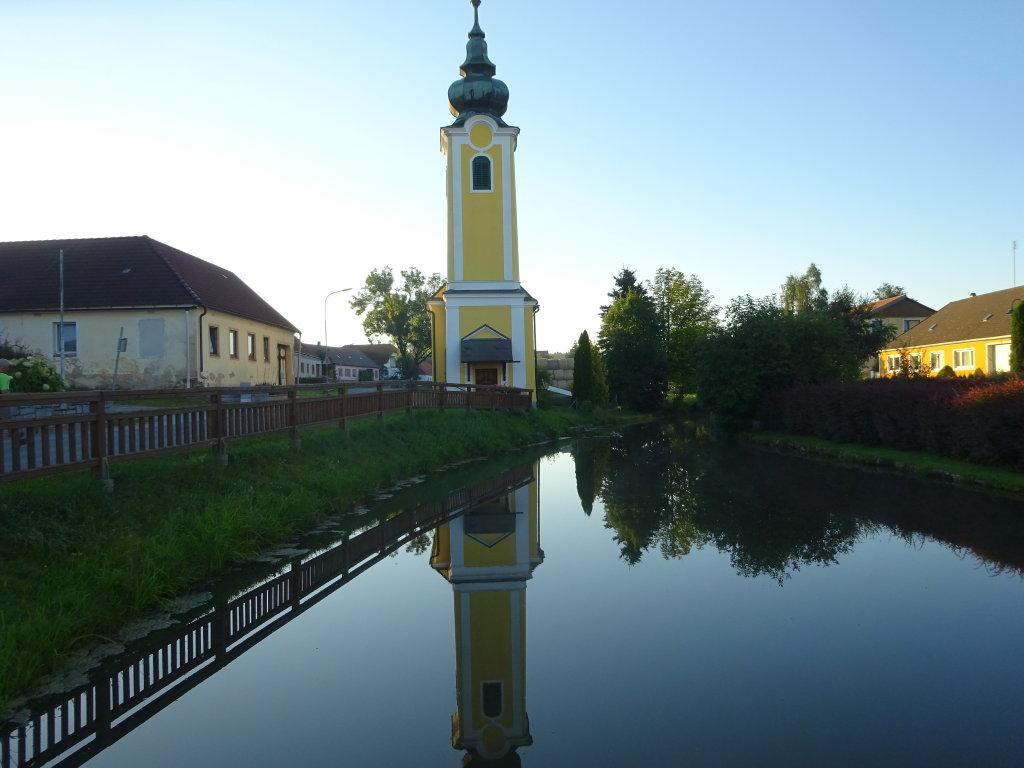 Blick über den Dorfweiher zur Dorfkapelle Merkenbrechts - Merkenbrechts, Niederösterreich (3800-NOE)