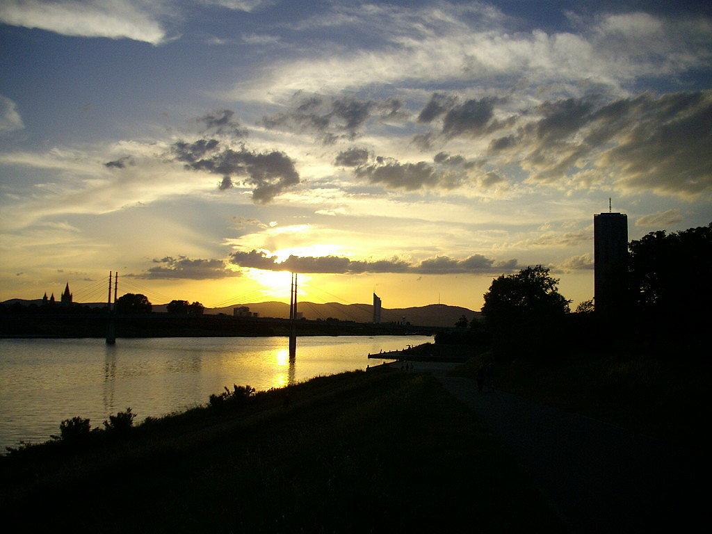 Abendstimmung vom Donauufer - Wien Stadt (1010-W)